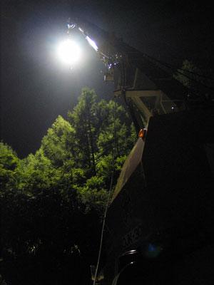 クレーン車の真下から見上げるライト